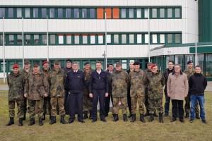 Rund 20 Vertreter von Feuerwehr, THW und dem Landkreis waren in die Mercator-Kaserne in Euskirchen gekommen. Bild: Thorsten Dersch/ZGeoBw
