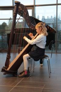 Kleine Musikerin – großes Talent: Hanna Lara Kessler an der Harfe. Bild: Michael Thalken/Eifeler Presse Agentur/epa