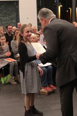 Der Landrat beim Übereichen der Urkunde an Paula Coenen. Bild: Michael Thalken/Eifeler Presse Agentur/epa