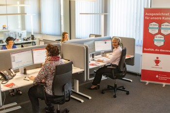Hat sicherlich großen Anteil an der seit 2018 nochmals gesteigerten Kundenzufriedenheit: Das neue S-DialogCenter der Kreissparkasse Euskirchen. Bild: Tameer Eden/Eifeler Presse Agentur/epa