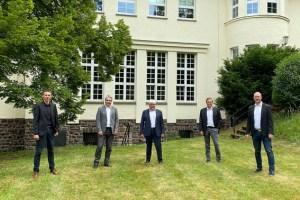 Unterschrieben einen neuen Kooperationsvertrag: Ingo Pfennings (v.r.), Christian Metze, XXXX, Markus Böhm und Marcel Wolter. Bild: Kerstin Wielspütz