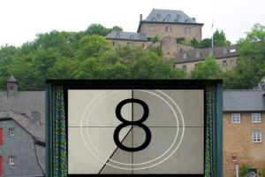 Der Curtius-Schulten-Platz unterhalb der Burg in Blankenheim soll zum Open-Air-Kino werden. Fotomontage: Michael Thalken/Eifeler Presse Agentur/epa