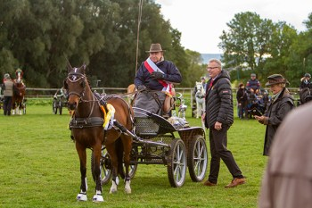 Franz-Josef Coenen (v.l.) siegte mit Lordy, seine Kreismeisterschärpe bekam er von Martin Baranzke. Bild: Tameer Gunnar Eden/Eifeler Presse Agentur/epa