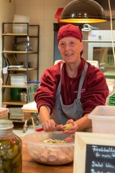 Schreckt nicht vor viel Arbeit zurück und freut sich, in einem netten Team zu arbeiten: Denise Körber bereitet den nächsten Obstkuchen vor. Bild: Tameer Gunnar Eden/Eifeler Presse Agentur/epa