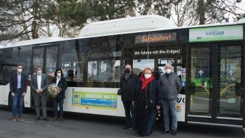 Bus unterstützt Bündnis gegen Rechts: RVK-Geschäftsführer Dr. Marcel Frank (v.l.), Landrat Markus Ramers, RVK-Mitarbeiterin Camilla Fassbender, Detlef Fassbender und Marita Rauchberger (Eifeler Bündnis gegen Rechtsextremismus, Rassismus und Gewalt) sowie Paul Floß (Leiter RVK-Niederlassung Euskirchen) präsentieren am Kreishaus das Busbanner, das bis zum Herbst auf einem RVK-Bus zu sehen ist. Foto: RVK