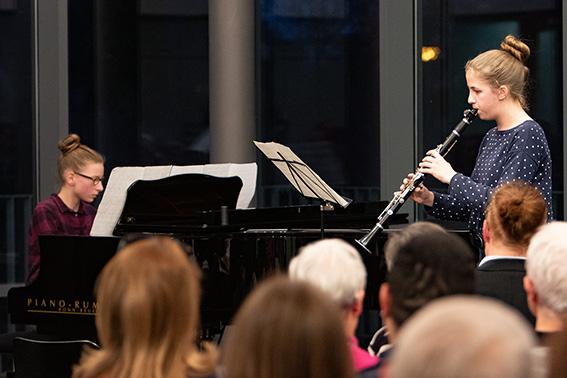 """Das Duo Katharina Horn (Klavier) und Helene Caspar (Klarinette) war bereits in den vergangenen Jahren bei """"Jugend musiziert"""" erfolgreich und trat 2018 beim Abschlusskonzert auf. Archivbild: Tameer Gunnar Eden/Eifeler Presse Agentur/epa"""