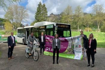 Landrat Markus Ramers (2.v.l.) stellte die neue Buslinie zusammen mit der Blankenheimer Bürgermeisterin Jennifer Meuren (r.) und weiteren Beteiligten vor. Foto: W. Andres / Kreis Euskirchen