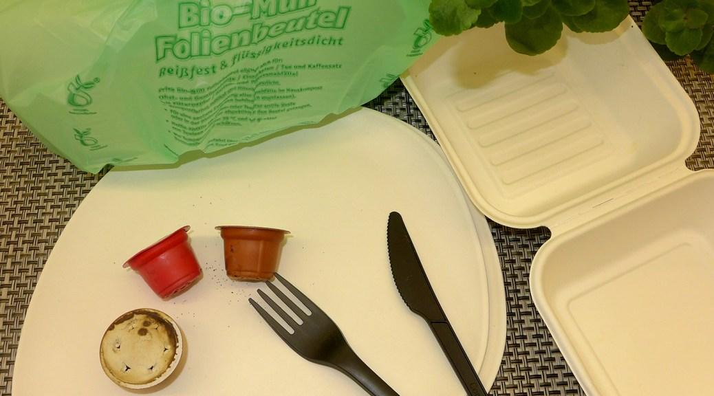 """Teller und Verpackung aus Bagasse, Besteck aus """"Bio-Kunststoff"""", Kaffeekapseln und """"Bio-Müllbeutel"""" – alle Produkte werden als kompostierbar beworben, gehören aber nicht in die Biotonne. Foto: Kreis Euskirchen"""