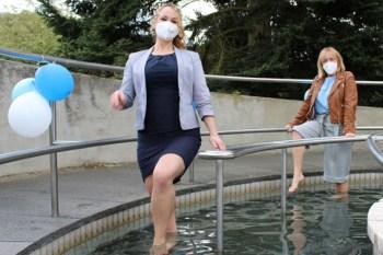 Madeleine Aimée Broichhausen (vorne) und Sabine Preiser-Marian eröffneten das Wassertretbecken im Kurpark. Bild: Stadt Bad Münstereifel