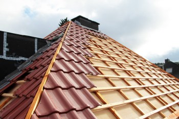 Selbst die Dachlatten werden knapp. handwerker im Kreis Euskirchen beklagen Kostenexplosion beim Bauholz. Archivbild: Michael Thalken/Eifeler Presse Agentur/epa