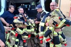 30 Einsatzuniformen brachte Thorsten Züll (links) von der Werksfeuerwehr eines Düsseldorfer Weltunternehmens nach Kall. Die Uniformen der Kaller Wehrleute waren vom Hochwasser zerstört worden. Foto: Reiner Züll