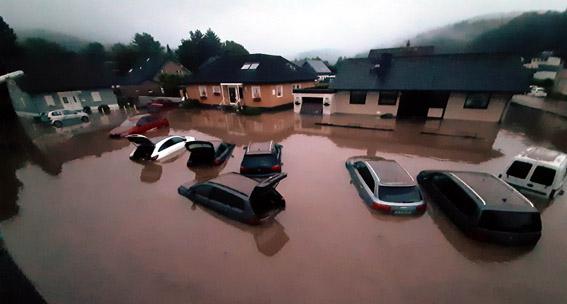 Als das Wasser im Morgengrauen langsam ablief, wurde das Maß der Beschädigungen an den Autos der Feuerwehrleute deutlich. Foto: Reiner Züll