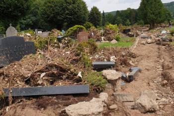 Leider hat das Hochwasser auch den Gemünder Friedhof schwer beschädigt: Am 1. August startet die Stadt Schleiden daher eine Aufräumaktion für die freiwillige Helfer gesucht werden. Bild: Petra Hilgers/Stadt Schleiden