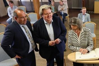 Dr. Ralf Nolten (v.l.) und Klaus Voussem mit NRW-Bauministerin Ina Scharrenbach kürzlich in Keldenich. Bild: Michael Thalken/Eifeler Presse Agentur/epa