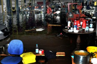 Um 21.30 Uhr begann die Überflutung des Feuerwehrgerätehauses in Kalll, in dem das Wasser kurze Zeit später bis zu zwei Meter hoch stand. Foto: Reiner Züll