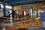 Frauen griffen zu Wasserschlauch und Schrubber, um die Fahrzeughalle und die verschlammten Nebenräume zu säubern. Foto: Reiner Züll