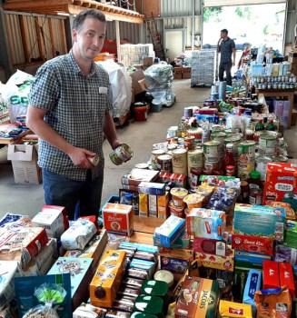 Lebensmittel-Spenden wurden im Bauhof der Gemeinde Kall gesammelt und an Flutopfer ausgegeben. Bauhofleiter André Kaudel (Foto) koordinierte die Aktion und konnte sich auf viele freiwillige Helfer verlassen. Foto: Reiner Züll.