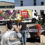 Lebensmittel-Spenden wurden im Bauhof der Gemeinde Kall gesammelt und an Flutopfer ausgegeben. Bauhofleiter André Kaudel koordinierte die Aktion und konnte sich auf viele freiwillige Helfer verlassen. Foto: Reiner Züll.