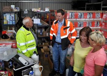"""Wochenlang hatte Bauhofleiter André Kaudel (2.v.l.) mit seinen freiwilligen Helferinnen und Helfern den Eingang und die Ausgabe der Hilfsgüter koordiniert. Jetzt wird die """"wirkstatt"""" die Ausgabe übernehmen. Foto: Reiner Züll"""