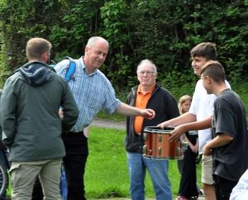 Auch Bürgermeister Hermann-Josef Esser ließ sich nicht lumpen und spendete für die Flutopfer-Hilfe der Musiker. Foto: Reiner Züll