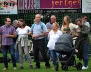 Zur Musik des gemischten Ensembles durfte auch geschunkelt werden. Bürgermeister Hermann-Josef Esser, der bei allen fünf Konzerten anwesend war, ließ sich in Sötenich nicht zweimal bitten. Foto: Reiner Züll