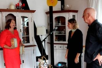 Regina Limburg bedankt sich bei Susanne Riemer und Wilhelm Geschwind mit selbst hergestellten Lichtsteinen. Foto: Reiner Züll