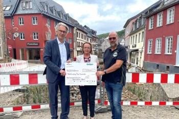 Oliver Brüß (v.l.), Sabine Preiser-Marian und Reiner Huthmacher bei der Scheckübergabe. Bild: Gothaer