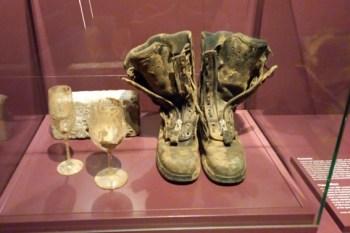 Als Zeugen der verhängnisvollen Flutkatastrophe im Juli ist ein schlammverkrustetes Stiefelpaar eines Kaller Feuerwehrmanns im Haus der Geschichte ausgestellt. Foto: Heinen
