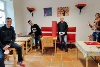 Wojciech Hapka (v.l.) (Jugendmobil JuMo), Pascal Steinberger, Alexander Zimmer und Kerstin Weiland (alle Jugendvilla) sind gerade mit dem Umzug beschäftigt. Bild: Carsten Düppengießer