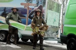 Wurzeln, Holzschweine, Plakate und Ausstellungstafeln. Ranger Dieter Stollenwerk (links) und Thomas Kroll packen für die ITB. BIld: Nationalparkverwaltung Eifel