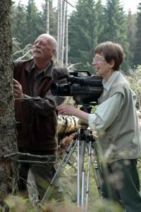 Mit viel Geduld, Konzentration und Begeisterung haben Magda und Bernd Stephany einen  Film über Borkenkäfer im Nationalpark Eifel gedreht und der Nationalparkverwaltung zur Verfügung gestellt. Ab heute bereichert der Zehnminüter das Filmangebot in den Nationalpark-Toren und Infopunkten. (Bild: Nationalparkverwaltung Eifel)
