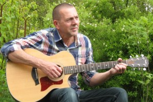 """Der """"Highland Man"""" Georg Kaiser singt und spielt selbstgeschriebene Irish- und Scottish- Folk-Songs. Foto: privat"""