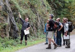 Die Entstehungsgeschichte der Gesteine am Urftsees soll bei einer Geowanderung erklärt werden. Foto: Geologischer Dienst NRW
