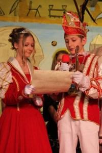Mit Prinz Jonas I. (Dreßen) und Prinzessin Lara I. (Zaun) haben auch die Kinder ihre jecken Herrscher gefunden. Bild: Reiner Züll