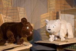 """Das Figurentheater """"spielbar"""" zeigt am Sonntag, 24. Februar, um 15.30 Uhr die aufregenden Abenteuer von """"Lars, dem kleinen Eisbär"""". Bild: Tameer Gunnar Eden/Eifeler Presse Agentur/epa"""