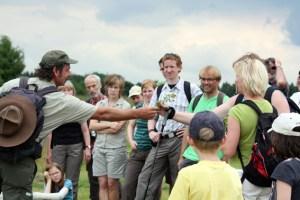 Nach einer aktuellen Umfrage aus dem Jahr 2012 schätzen die Teilnehmenden von Rangertouren nach wie vor die Kompetenz und Freundlichkeit der Ranger.  Bild: Nationalparkverwaltung Eifel