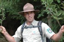 Nationalpark-Ranger Bernd Wiesen ermöglicht den Teilnehmern bei gebärdensprachlich begleiteten Rangerführungen ein Naturerleben mit allen Sinnen. Bild: Annette Simantke
