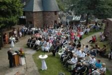 Über 200 Gäste verfolgten auf Burg Hengebach unter freiem Himmel die Verleihung des Kunstpreises 2011 an Herb Schiffer. Bild: Kreis Düren