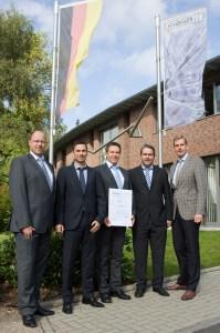 """Die Schoeller-Geschäftsführer Georg Schmidt (rechts) und Frank Poschen (2.v.l.) freuten sich mit Martin Weber (Mitte) über die Zertifizierung. Markus Böhm (2.v.r.) und Markus Mertgens (links) von der """"ene"""" haben die Firma Schoeller maßgeblich bei der Einführung des Energiemanagementsystems unterstützt. Bild: Tameer Gunnar Eden/Eifeler Presse Agentur/epa"""