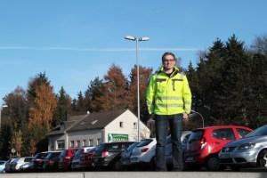 """Fabian Schwarz von der Energie Nordeifel (""""ene"""") übernahm die Planung und Ausführung der LED-Beleuchtung auf dem neuen Parkplatz. Bild: Michael Thalken/Eifeler Presse Agentur/epa"""