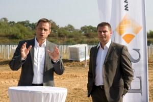 Georg Schmiedel (v.l.) und Jörg Frühauf haben als Geschäftsführer von F&S solar eines der größten Photovoltaik-Unternehmen des Landes auf die Beine gestellt. Bild: Tameer Gunnar Eden/Eifeler Presse Agentur/epa