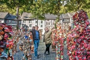 Bis zum 27. Oktober ist HA Schults (rechts im Bild) Müll-Armee in MOnschau zu sehen. Harry K. Voigtsberger (links) hat die Schirmherrschaft übernommen. Bild: Studio B23