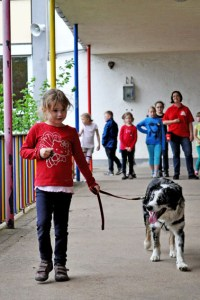 Die Kinder lernen auch, wie man einen Hund an der Leine führt. Bild: Carsten Düppengießer