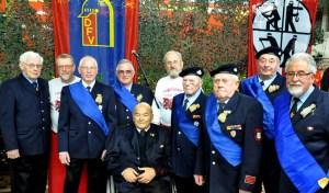 """Die Ehrenabteilung des Löschzuges, bekannt als """"Club der alten Säcke"""", hat mit Alois Poth (3.v.l.) und Herbert Kohlgraf 4.v.l.) Zuwachs bekommen. Die beiden wurden nach Erreichen der Altersgrenze in den Feuerwehr-Ruhestand versetzt. (Bild: Reiner Züll)"""