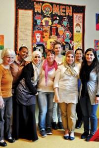 Gemeinsam hat die internationale Frauengruppe den Quilt im Hintergrund erstellt. Bild: Carsten Düppengießer / Caritasverband Euskirchen