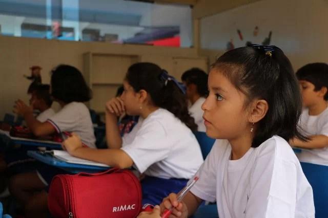 estudiantes atendiendo a clase
