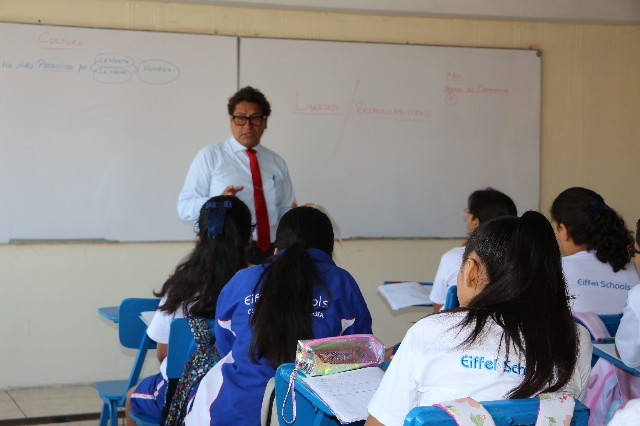 estudiantes y maestro