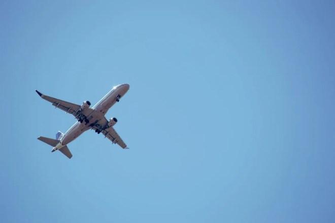 青い空と飛行機