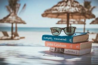 ビーチと本とサングラス