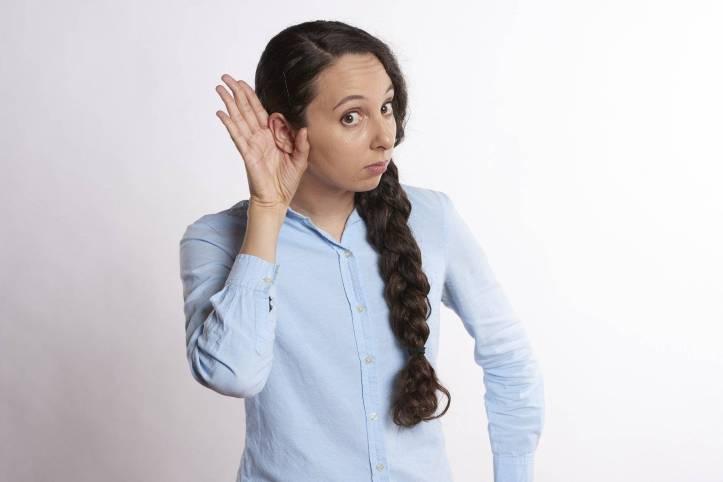 もっと聴こえるように女性が手を耳の後ろに付けている - リスニング - 函館英会話教室EigoLa - 英語試験対策